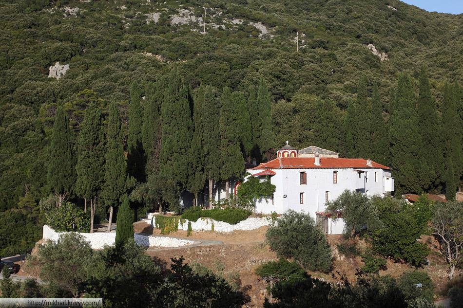 Монастырь Сотирос (Sotiros). Один из нескольких монастырей по дороге к вершине Палоуки (Palouki).