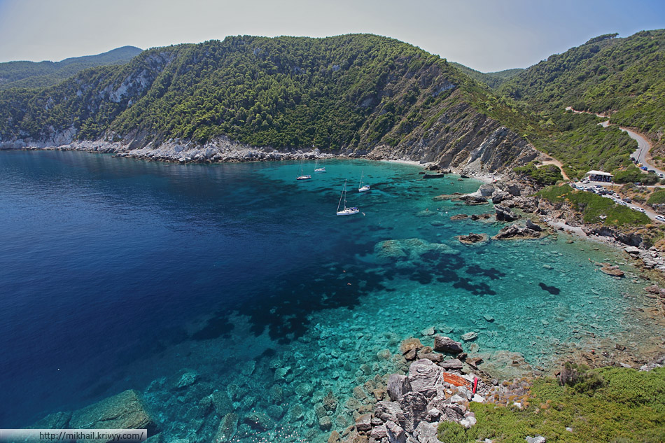 Пляж Agios Ioannis. Вид из одноименного монастыря. Остров Скопелос (Skopelos)