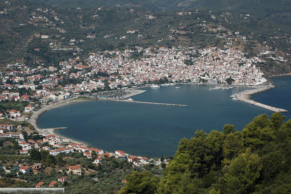 Панорама порта и города Склопелос (Skopelos).