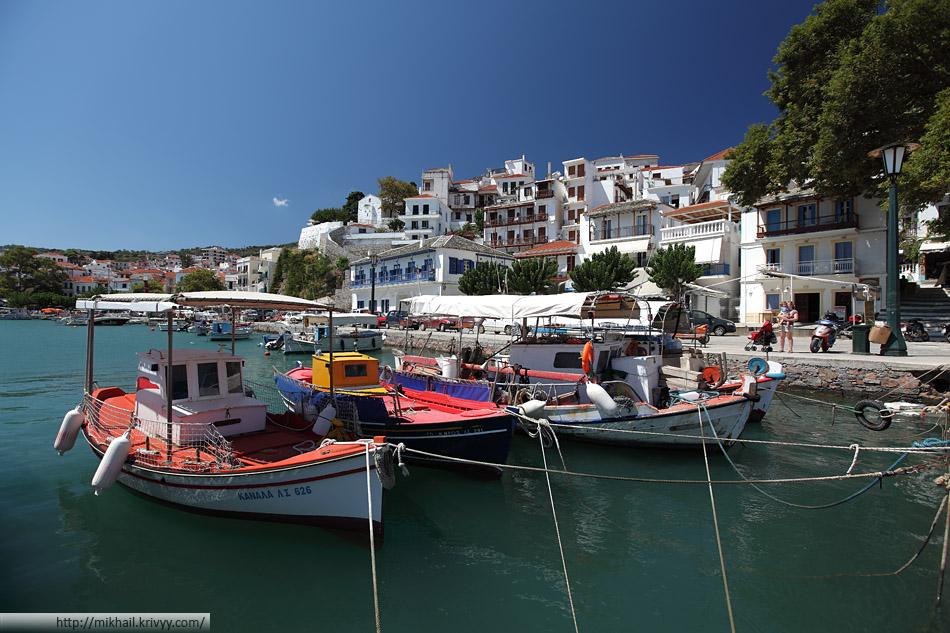Город Скопелос (Skopelos). Рыбацкие лодки. Надо сказать что подобные лодки привлекают больше зевак, чем роскошные яхты.
