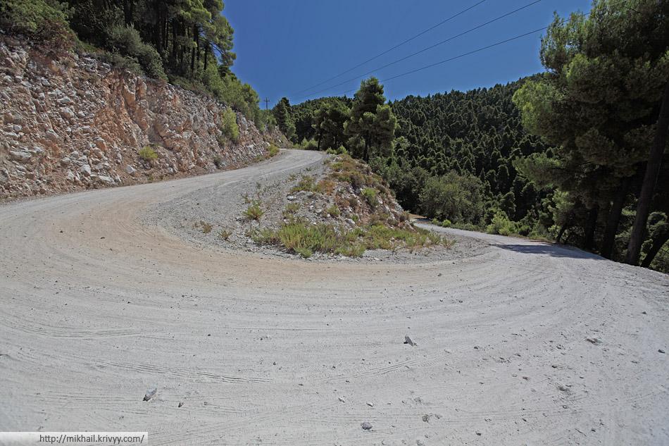 Еще одна хорошая грунтовая дорога. Много крупных камней, ехать неприятно, но безопасно.