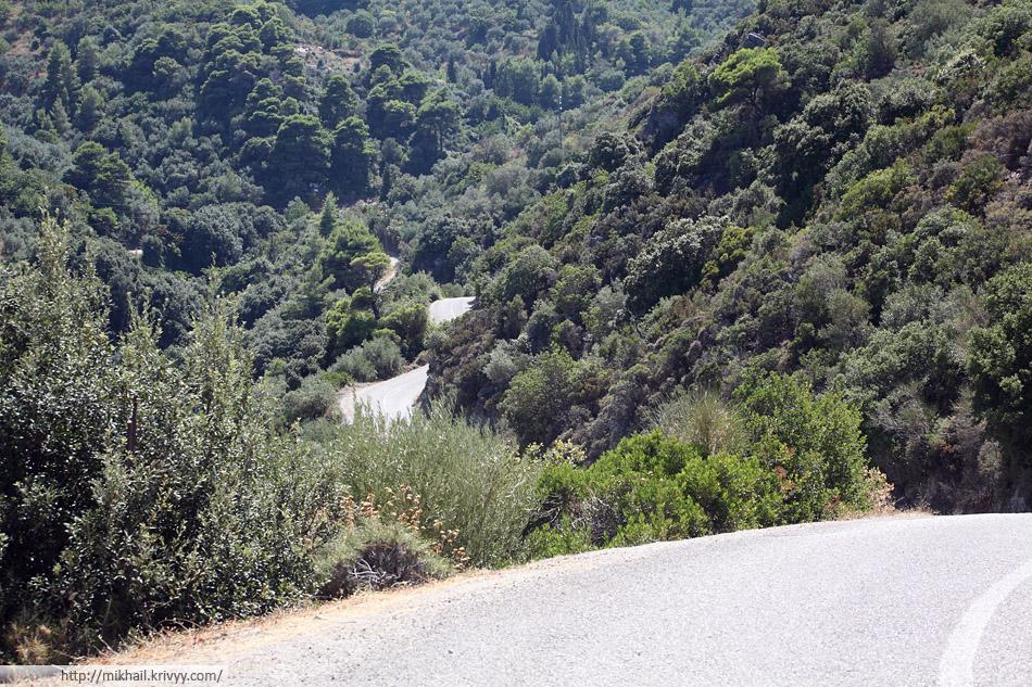 Второстепенная асфальтовая дорога на острове Скопелос.