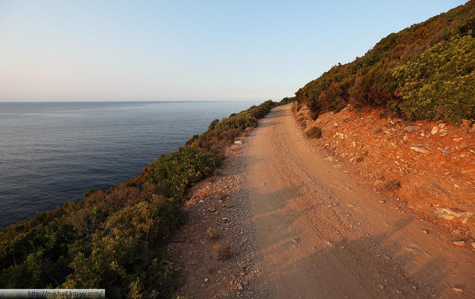 Грунтовая дорога к старому маяку. Лучшая из тех что мы видели. Остров Скопелос.