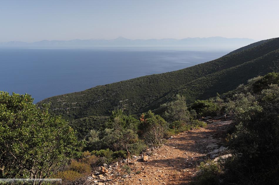 Маршрут идет практически по всем сколнам горы. В определенный момент получается вид в обратную сторону, на запад, на остров Эвбея.