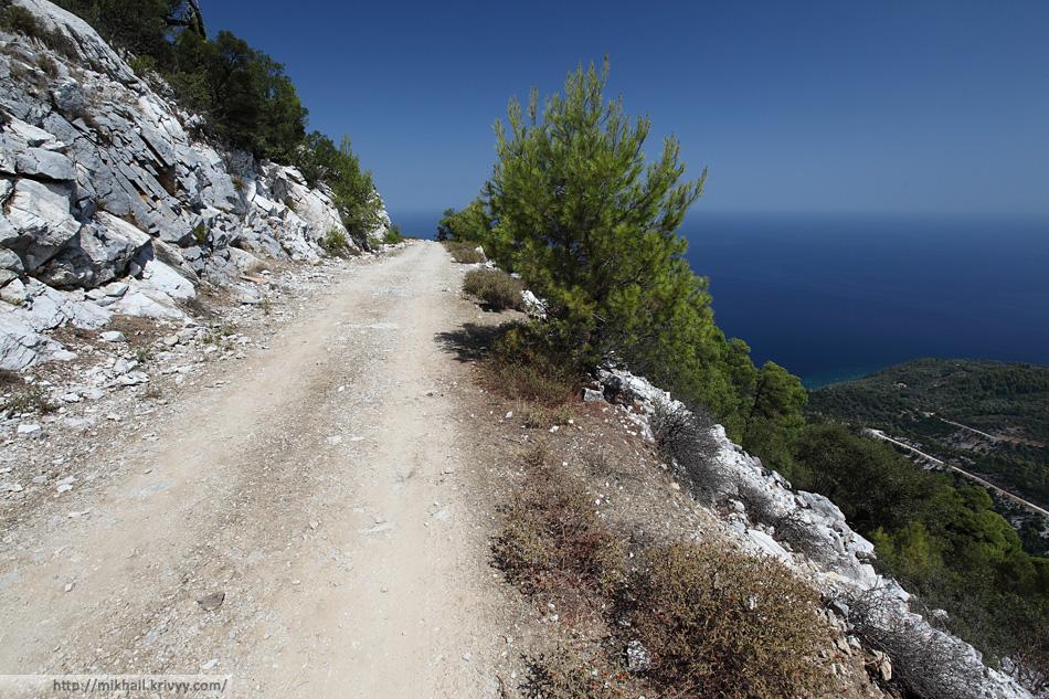 Грунтовая дорога в пологих местах выглядела очень неплохо. А вот на спусках и подъемах дорога была размыта.