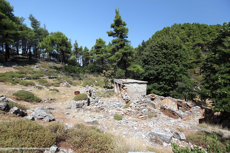 Заброшенная ферма на горе Делфы (Delphi). Остров Скопелос. Справа видна одна из вершин (та что выше - 681 метр.)