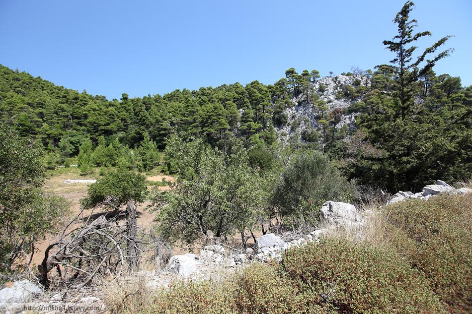 Вторая вершина горы Делфы (Delphi) более скалистая и ниже на несколько метров.