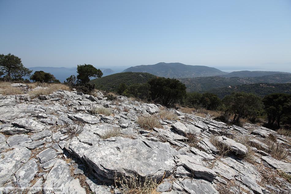 Вид на южную часть острова Скопелос от гробниц Сендоукия.