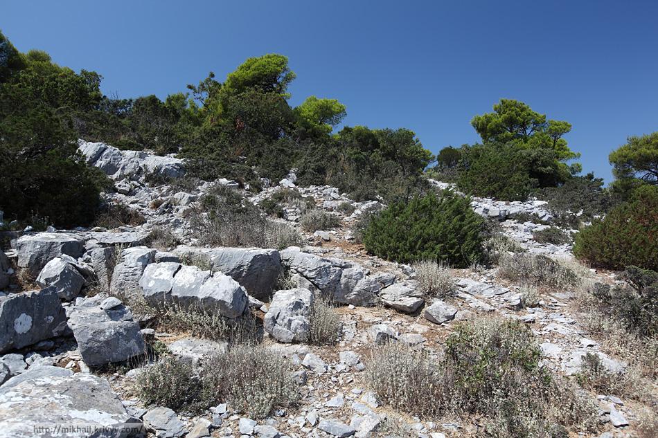 Примерно так выглядит скалистая часть тропинки к гробницам Сендоукия.