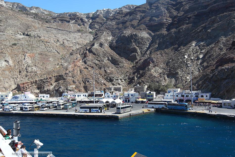 Вот так выглядит главный (новый) порт Санторини. Будут пугать серпантином - не бойтесь, по нему без проблем фуры ездят.