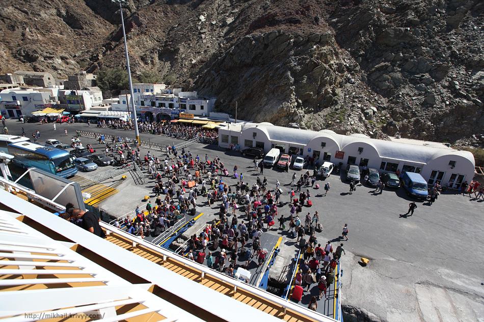 Высадка пассажиров из парома. Санторини.