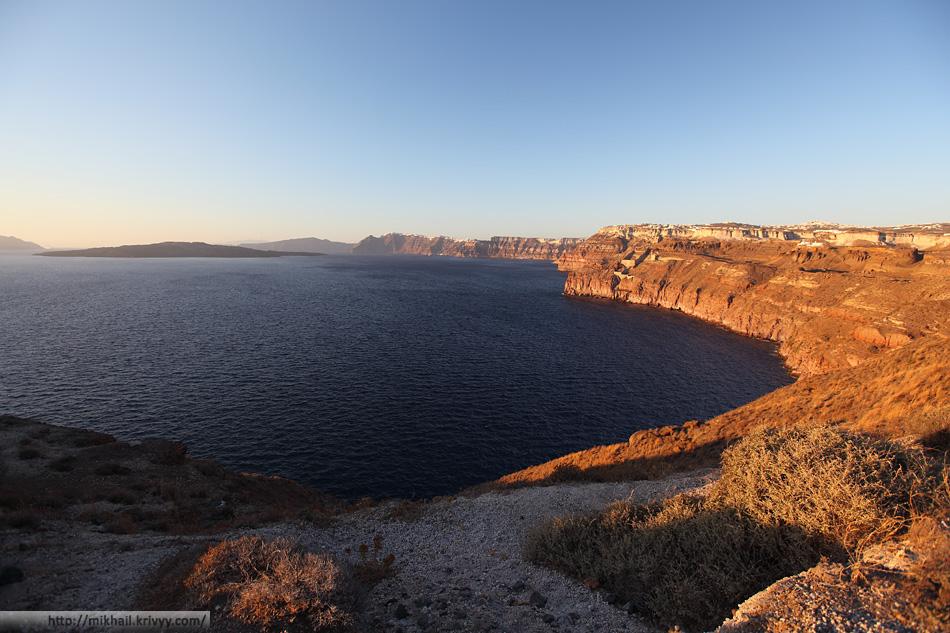 Со стороны остров кальдера обрамлена отвесными склонами. Именно на этих склонах расположены топовые достопримечательности - города Фира и Ойя.