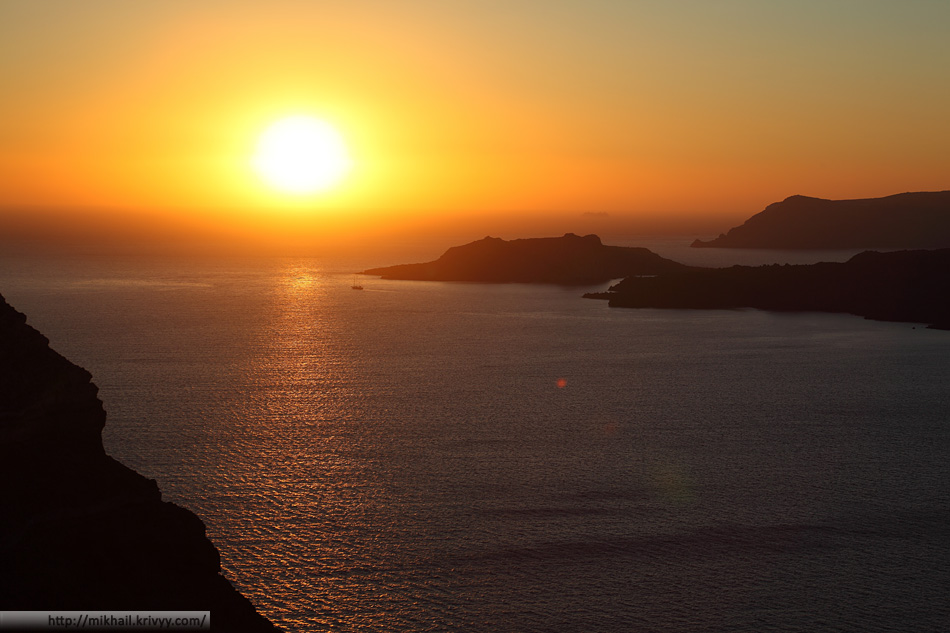 Закат. Санторини. Острова Тирасия, Неа-Камени и Палеа-Камени (сверху вниз).