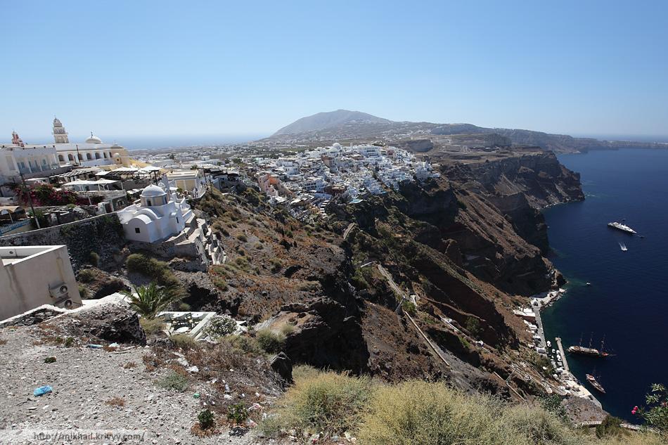 Фира на фоне пика Санторини (другого названия я не нашел). Удивительное дело, но пик не имеет никакого отношения к вулкану, он тут был до него.
