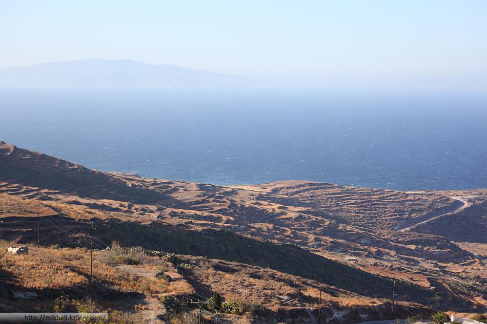 Санторини ближе к пологим краям. На горизонте остров Иос.
