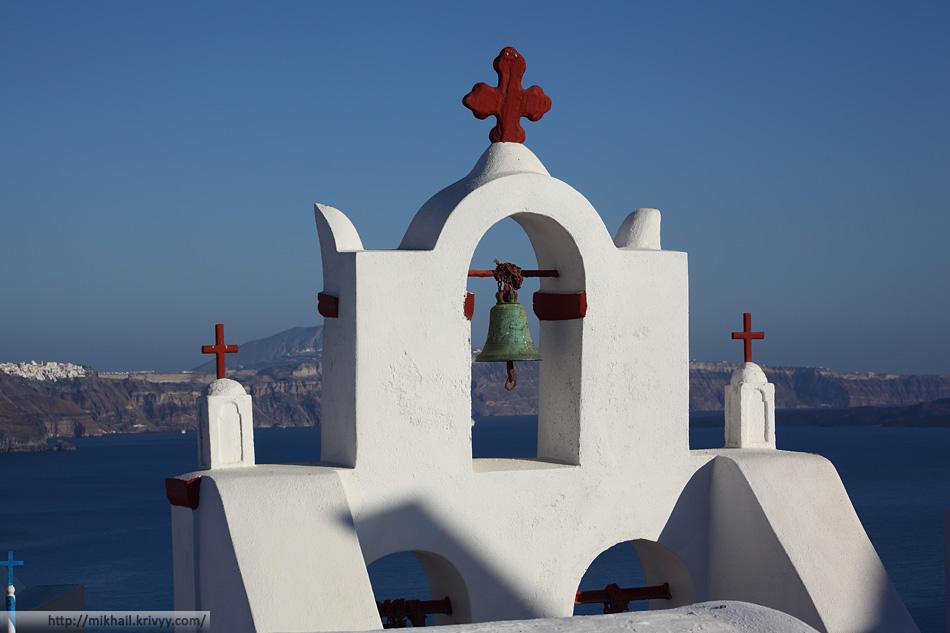 Церковь. Ойя. На заднем плани Тира, столица Санторини.