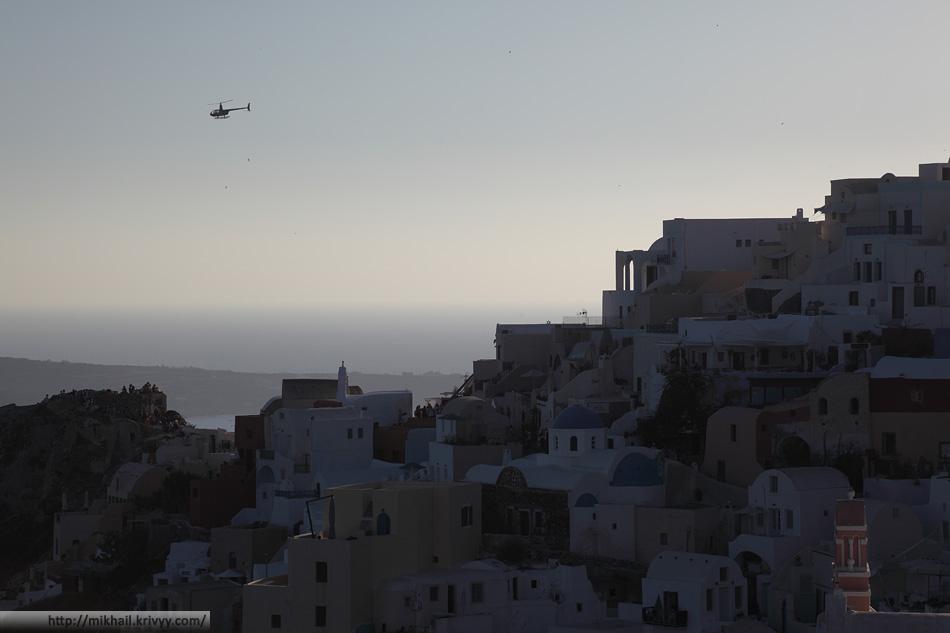 Бедный вертолет сменяет несколько групп туристов за время заката.