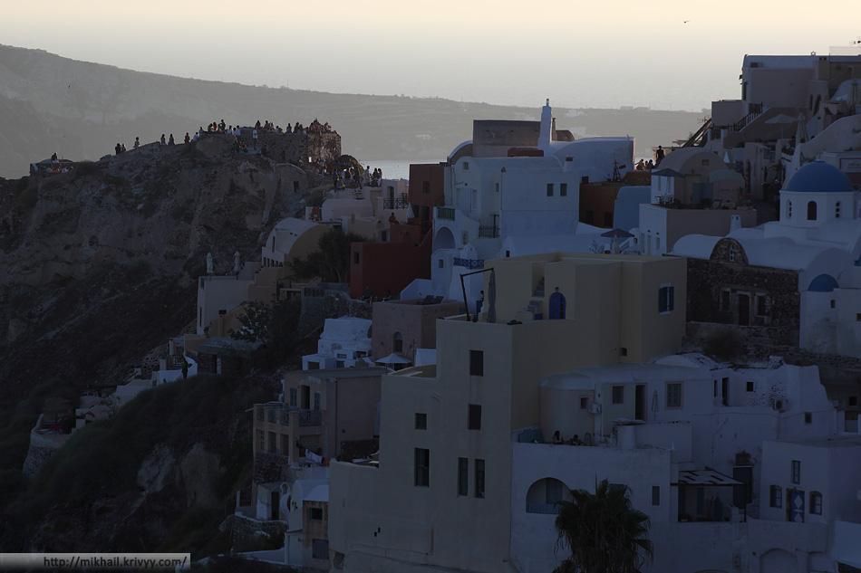 Полюбоваться закатом приезжает огромное количество туристов. Ойя, Санторини, Греция.