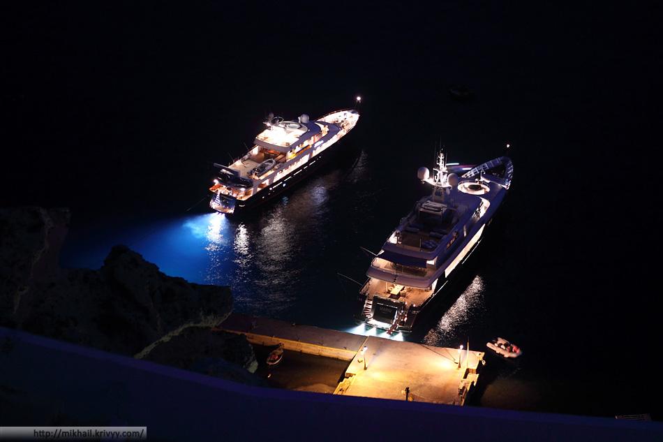Пара яхт у одной из пристаней. Ойя, Санторини, Греция.