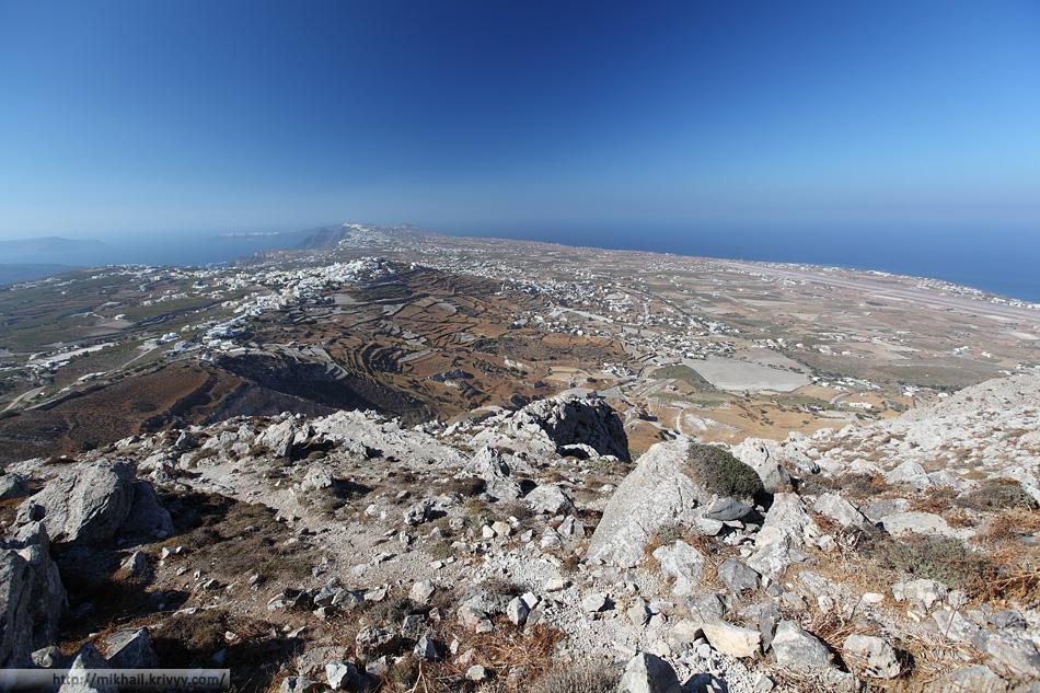 Вид на северную часть острова Санторини с пика. Справа - аэропорт, на горизонте - Ойя.