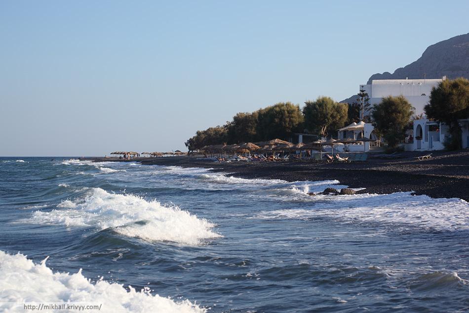 Черный пляж в районе Камари. Санторини.