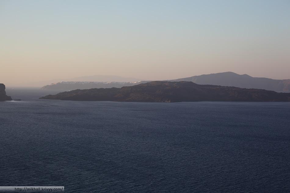 Картер вулкана Санторин. На заднем плане видна Ойя, а еще дальше - остров Иос.
