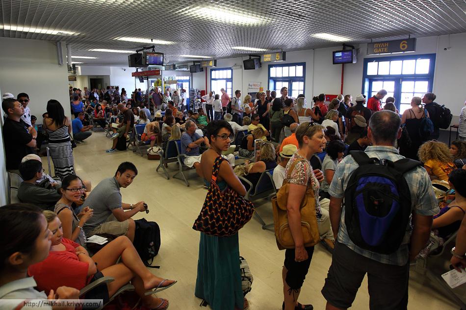 А вот так выглядит зал ожидания в аэропорту Санторини (JTR). Худший аэропорт в Европе, из тех что я видел.