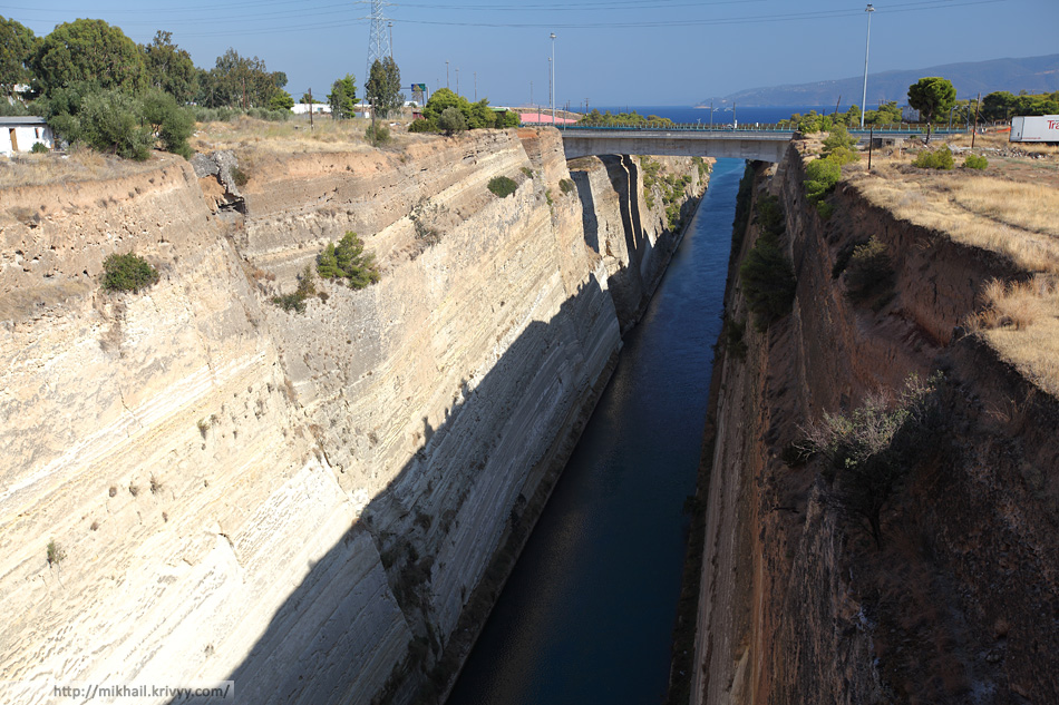 Коринфский канал. Новый железнодорожный и автомобильный мосты (автомагистраль A8/E94). Вид в сторону Эгейского моря.