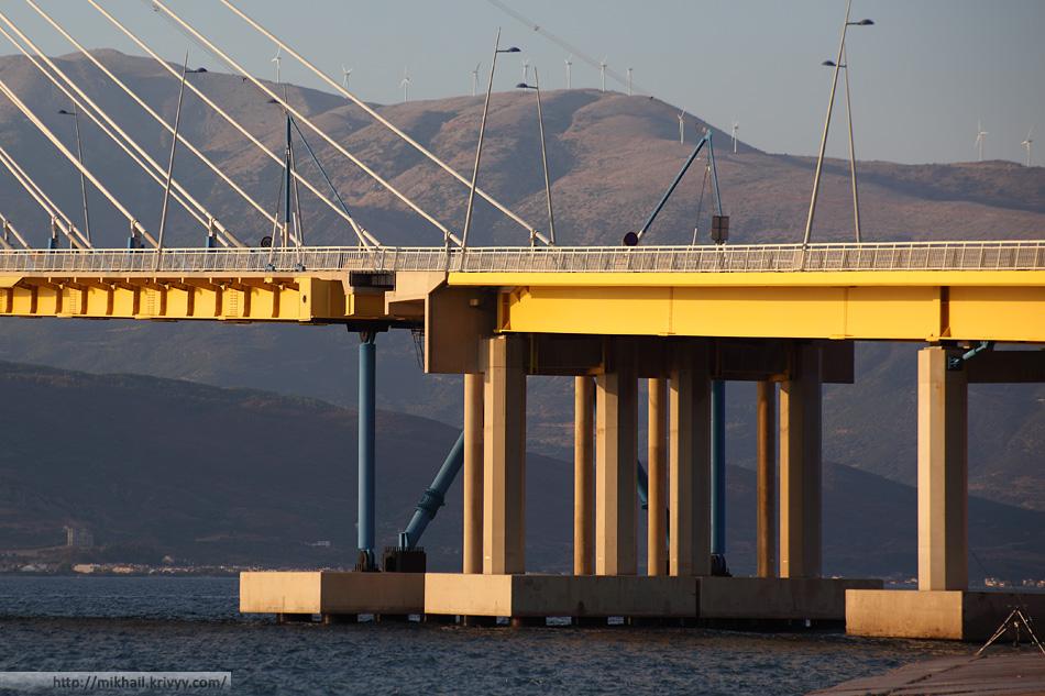Мост Рио-Антирио. Демпферы и, судя по всему, какие-то датчики на штангах. Это сейсмически опасный район.