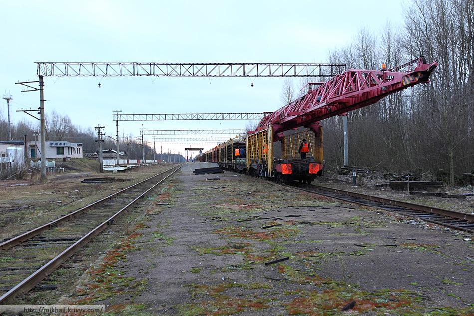 Рабочий поезд со снятыми рельсами возвращается со смены. Станция Вяжище.