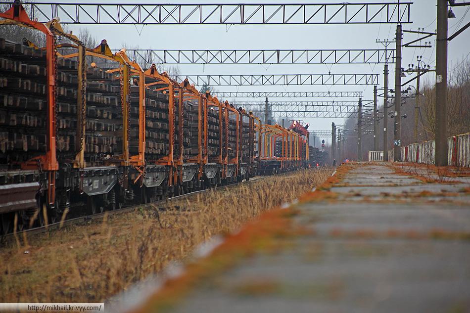 Поезд со снятыми рельсам на станции Вяжище.