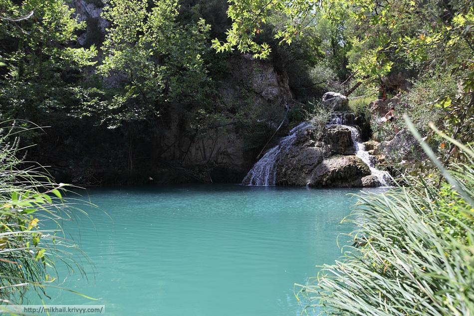 Водопады Полилимнио. Вода чистая и холодная, но не на столько чтобы не купаться.