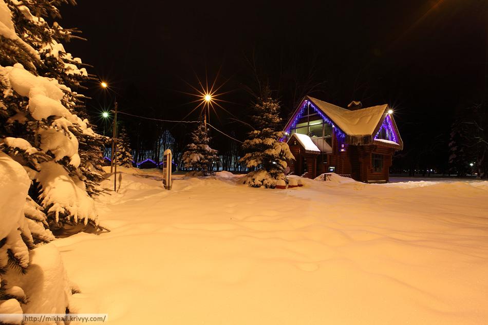"""""""Красная изба"""" - строение с закосом под традиции. Синие писалки """"избе"""" особенно к лицу. Кремлевский парк."""