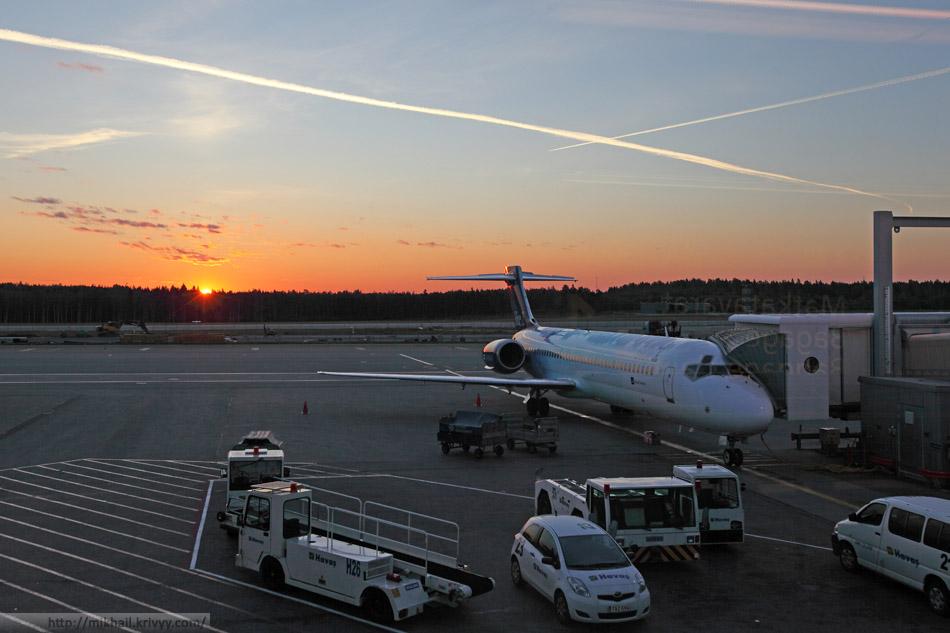 Рассвет в аэропорту Хельсинки Вантаа.