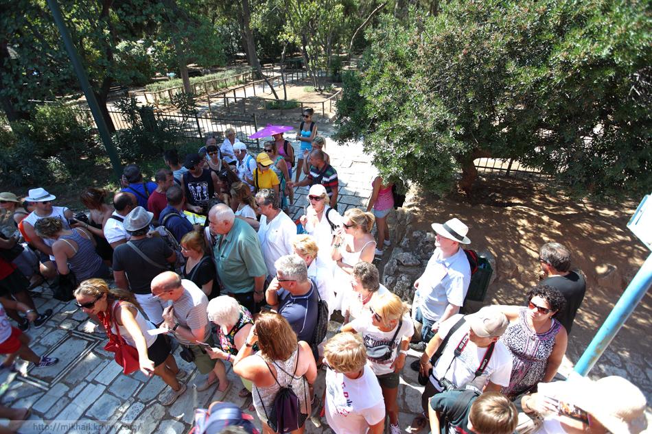 Толпа желающих попасть в автобус City Sightseeing в районе Афинского Акрополя.