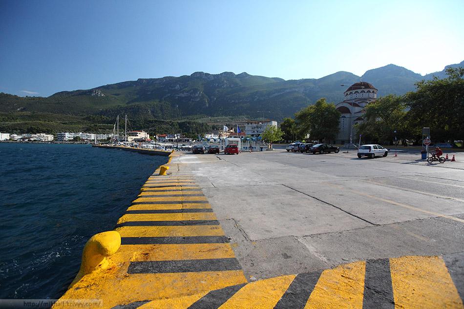 Пристань в Agios Konstninos и церковь Святого Николая.