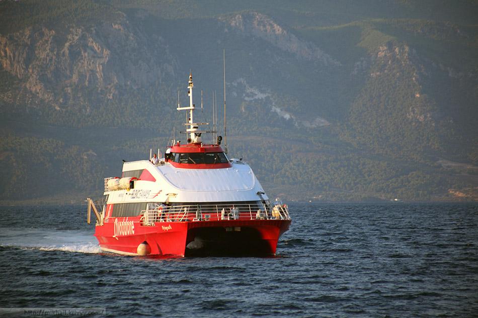 Паром Hellenic Seaways Flyingcat 6 прибывает в Agios Konstantinos.