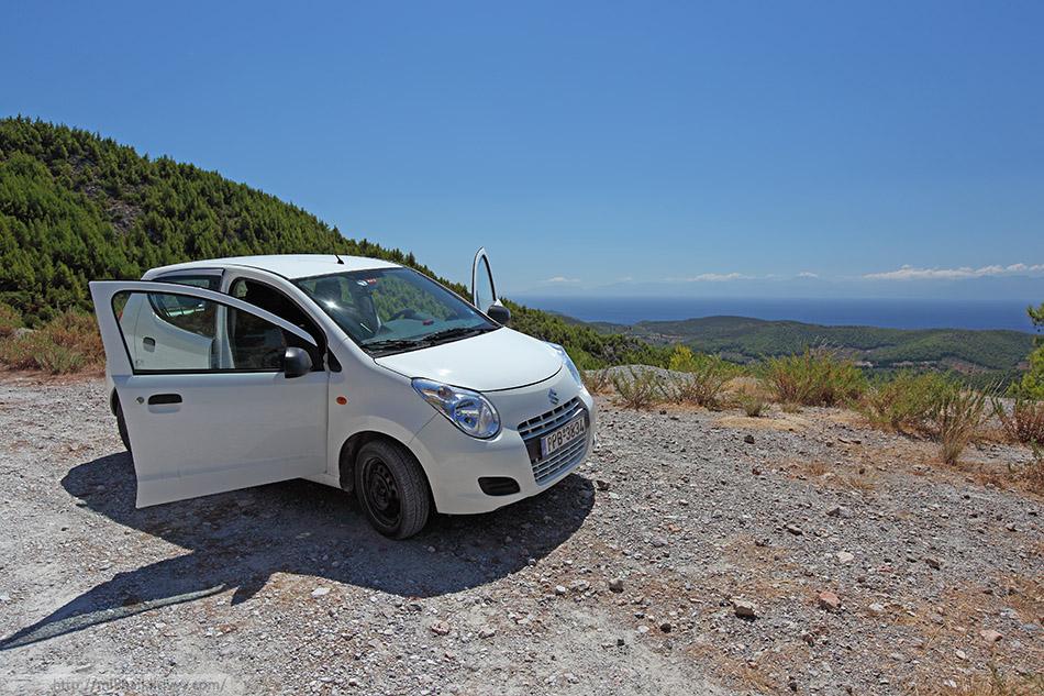 Suzuki Alto - маленькая, беленкая зверь-машина резво бегала по дорогам Скопелоса.