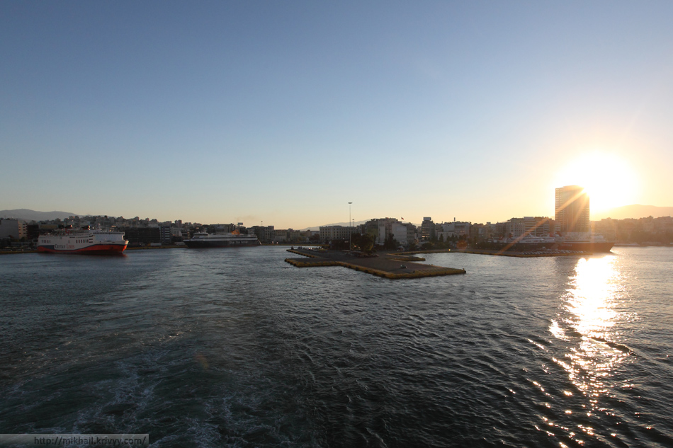 Выход из порта Пирея. Вид с кормы BlueStar Delos.