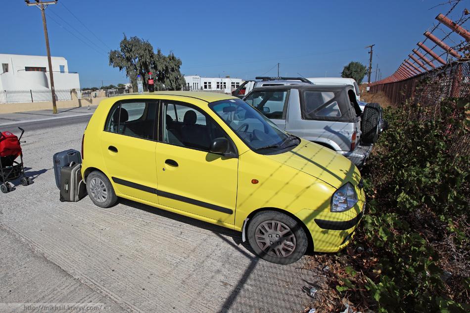 """Желтенький Hyundai Atos в момент """"сдачи"""" в аэропорту Санторини."""