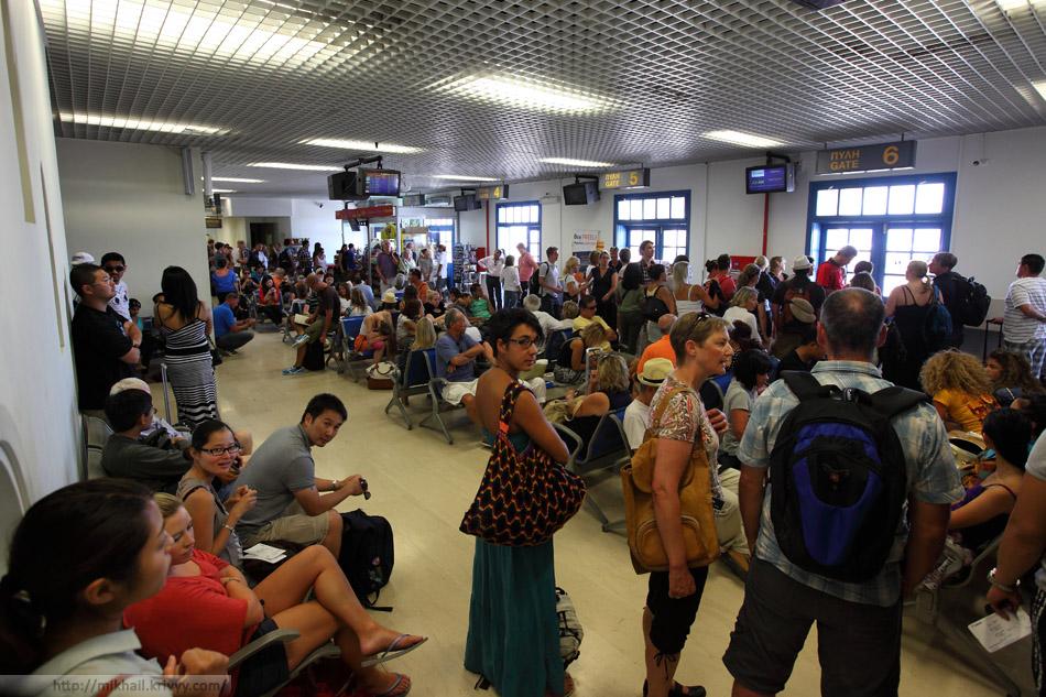 Зал ожидания аэропорта Санторини.
