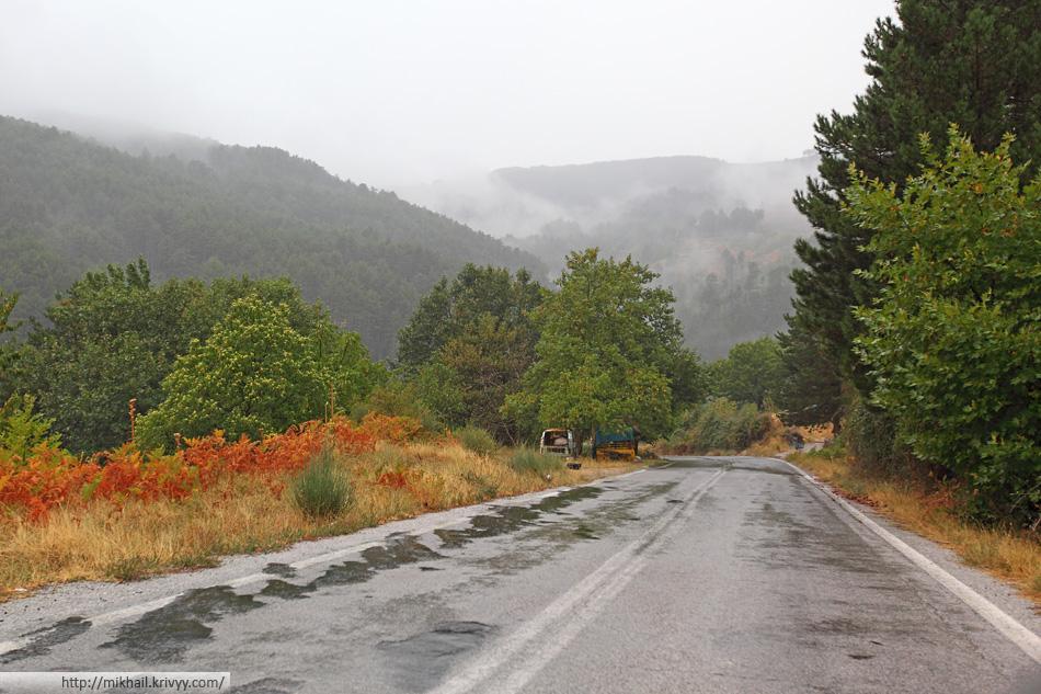 После перевала дождь становится меньше. Уже можно выйти из машины и сделать несколько фотографий. Дорога напоминает Карпаты.
