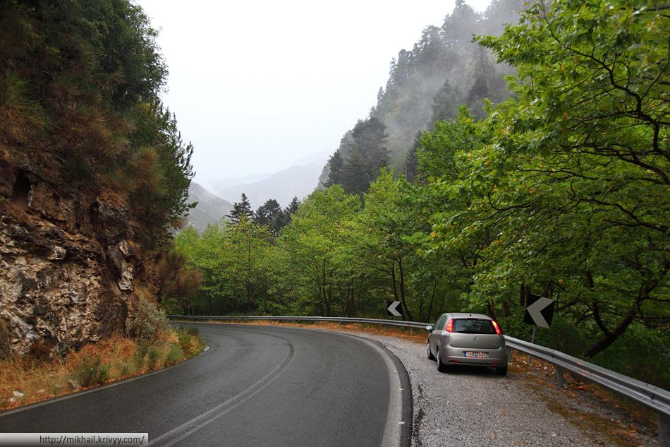 На этой дороге очень немного машин даже в хорошую погоду. Во время такого дождя тут просто опасно. Очень много камней попадало на дорогу.