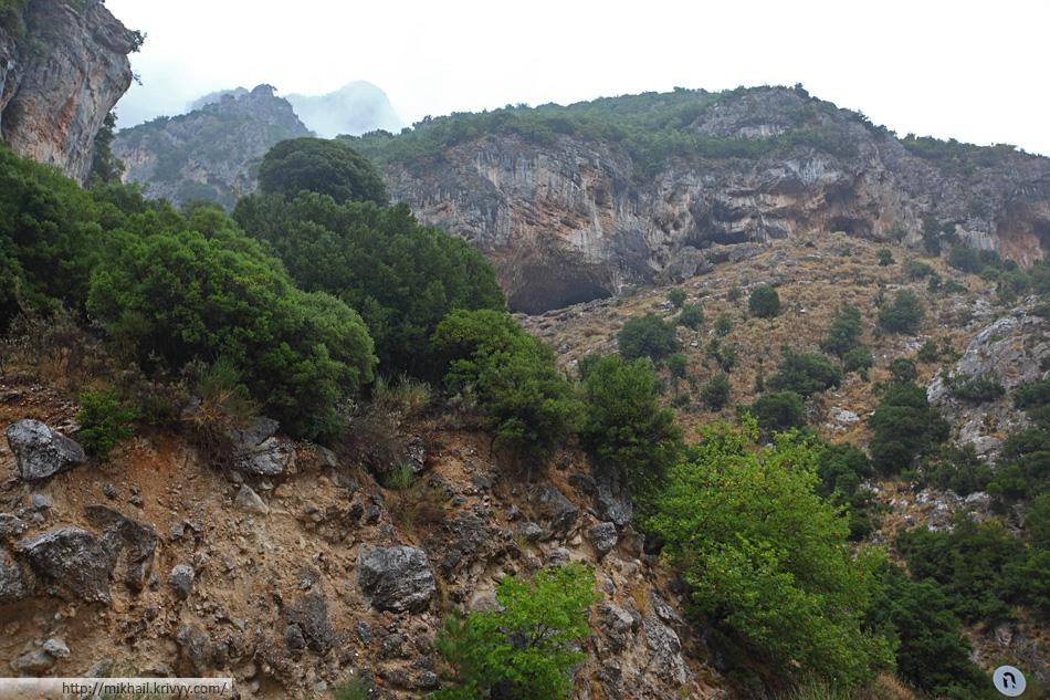 Ущелье изобилует пещерами.