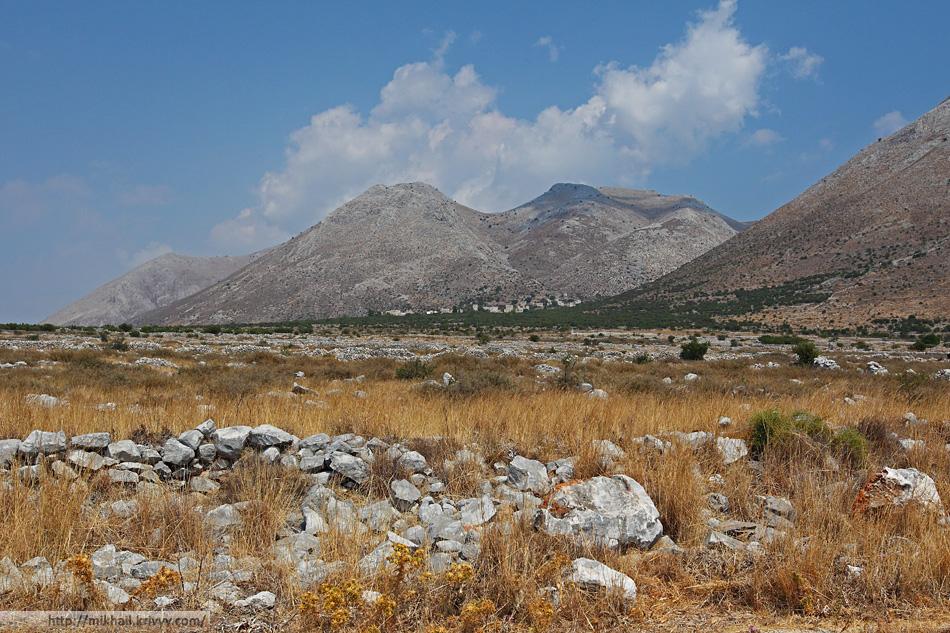 Каменные ограды. На полуострове много заброшенных оливковых рощ.