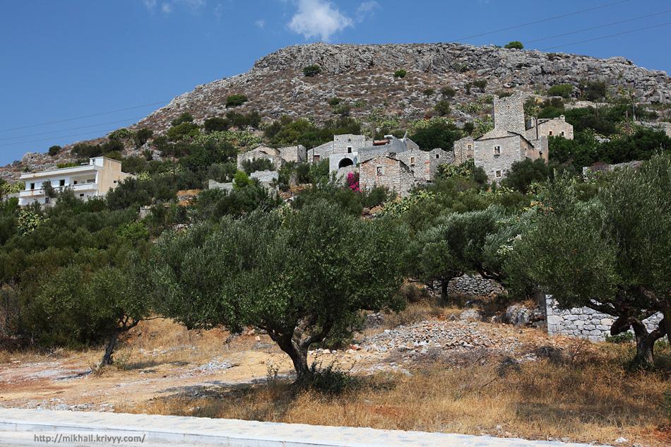 Даже сегодня здесь преобладают традиционные дома. Из местного камня и с башнями.