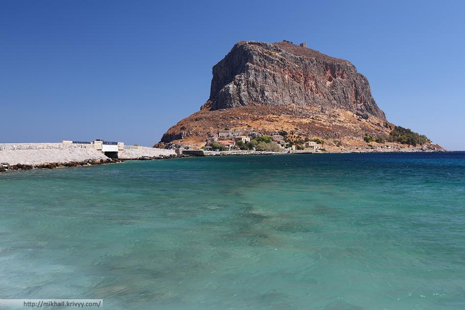 Дамба и мост соединяющий остров с материком. Монемвасия (Monemvasia), Греция.