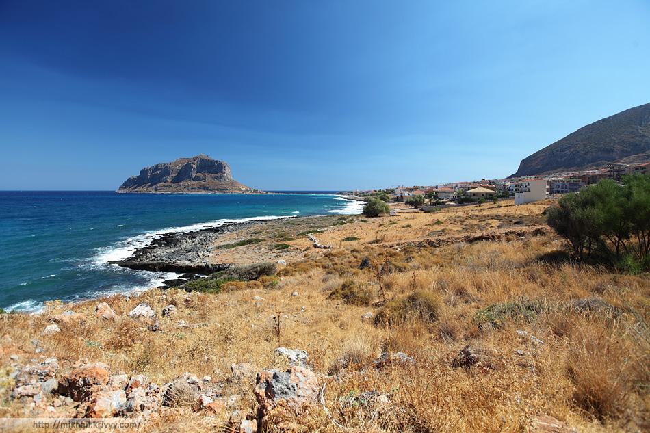 Монемвасия (Monemvasia), Греция. Вид на остров с материка.