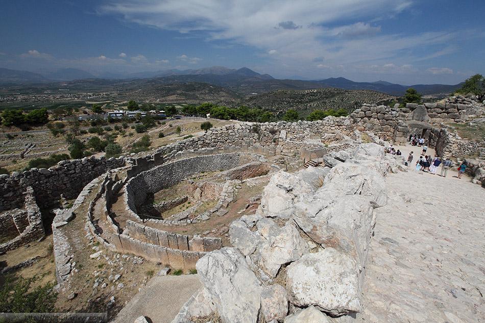 Могильный круг А (grave Circle A). Микенский акрополь. Справа вход, ниже - стоянка туристических автобусов.