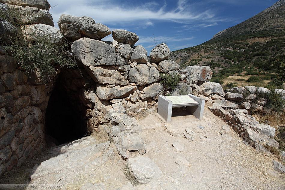 Вход к подземному хранилищу воды. Микенский акрополь.